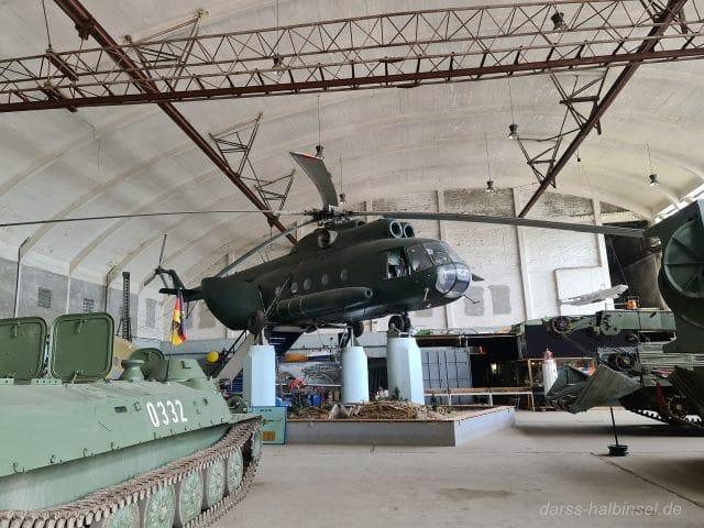Militärhubschrauber in Halle 3 des Technikmuseums Pütnitz