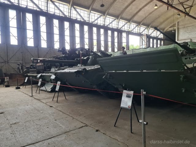 Kettenpanzer in Halle 3 des Technikmuseums Pütnitz